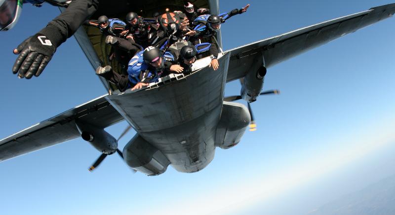 saut depuis l'avion militaire